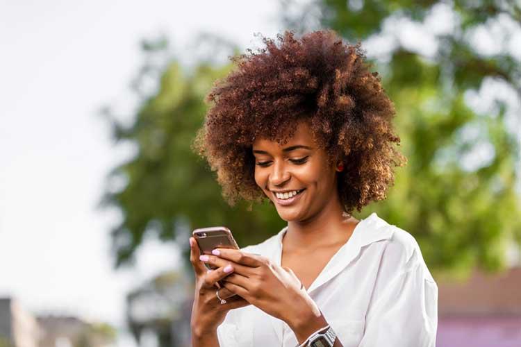 lady flirting on text